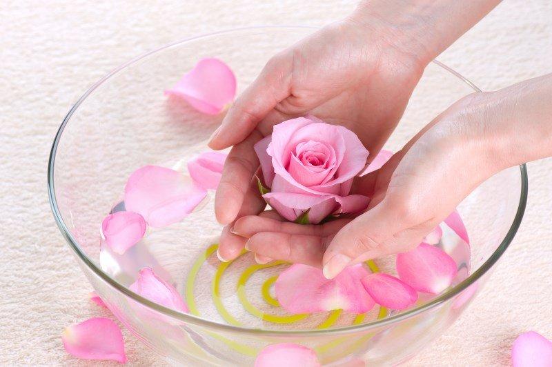 Вода с розовой эссенцией