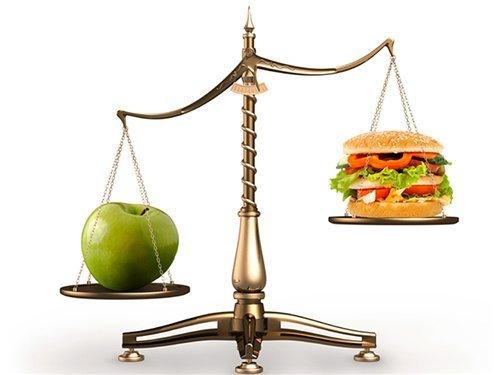Сбалансированное питание: яблоко и бургер на весах