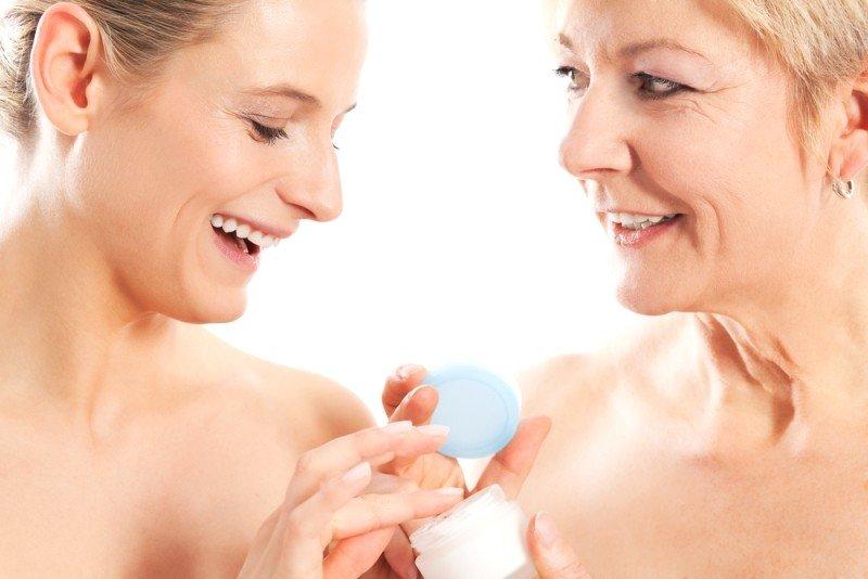 Две женщины разного возраста с кремом