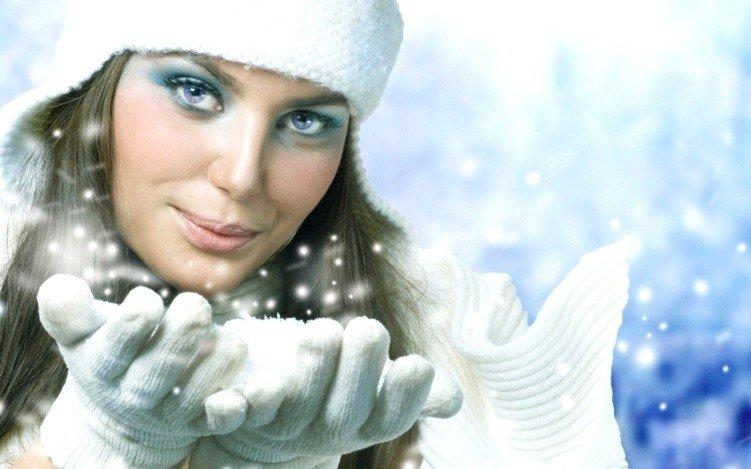 Девушка в теплых перчатках зимой