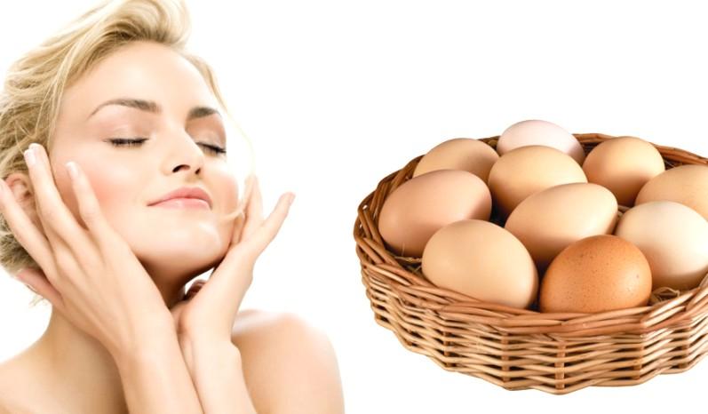 Девушка и корзинка с яйцами