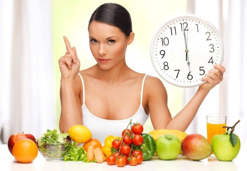 Девушка, низкокалорийные продукты и часы