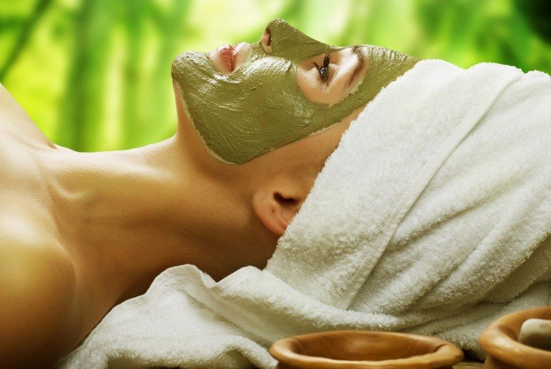 Девушка с маской из зеленой глины