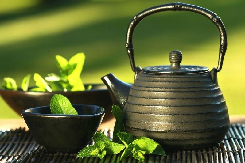 Отвар трав, миска и чайник