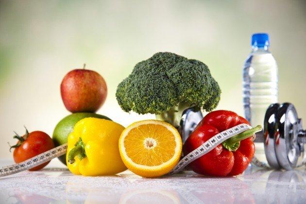 Овощи, фрукты, вода и гантели