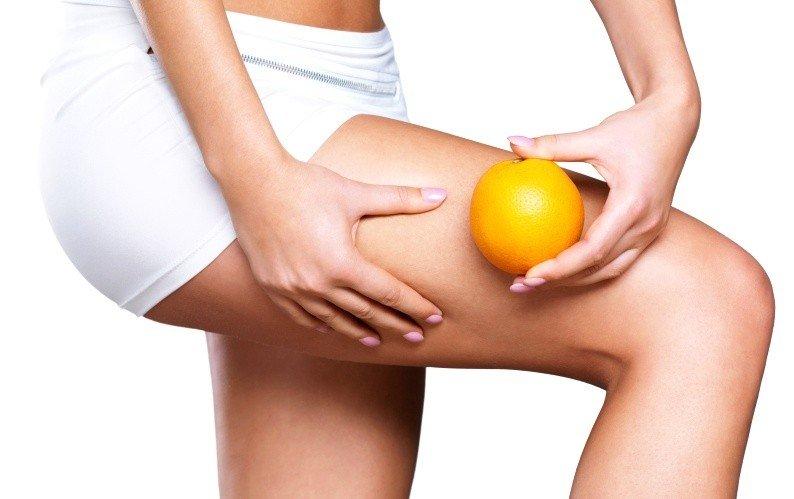 Женские ноги и апельсин