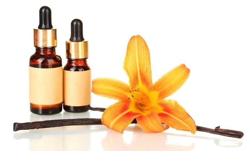 Цветок, стручки и масло ванили