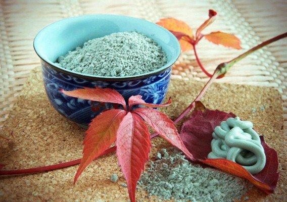 Голубая глина в миске