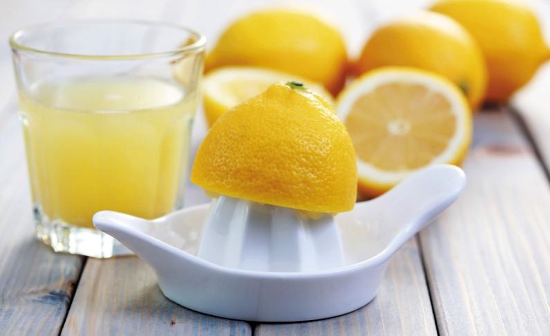 Лимоны, соковыжималка и сок