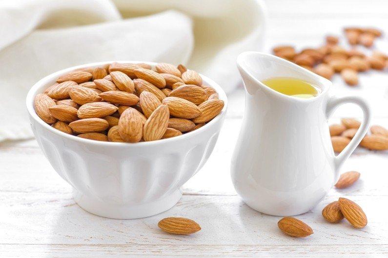 Миндальное масло и миндальные орехи
