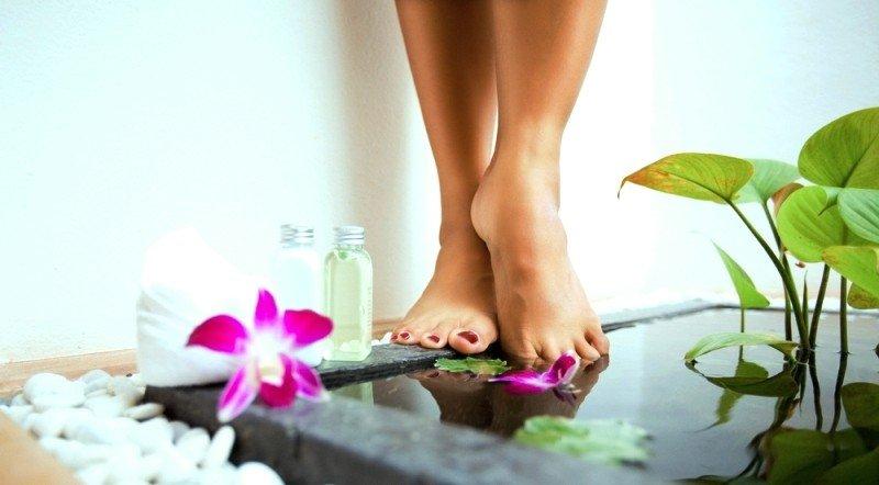 Ноги, вода, флаконы, растения