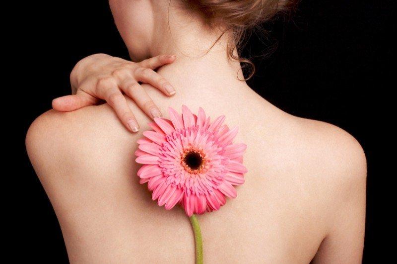 Чистая красивая спина и цветок