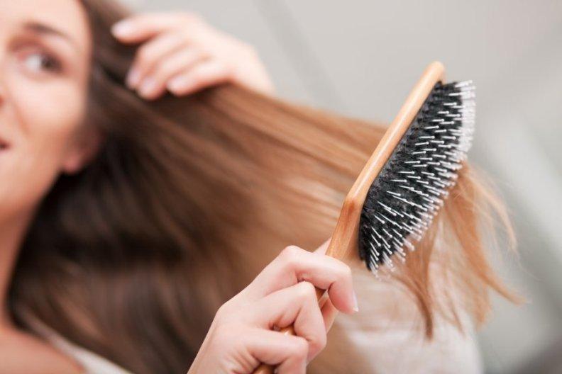 Девушка причесывает волосы