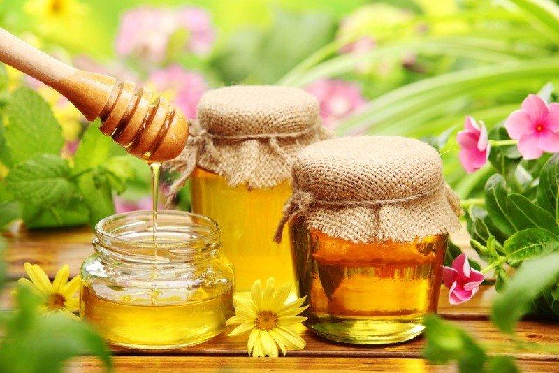 Мед в баночках и цветы