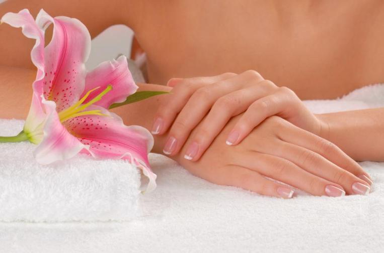 Ухоженные руки и цветы