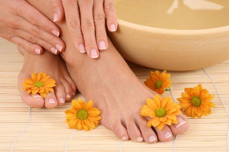 Стопы, руки, цветы и ванночка