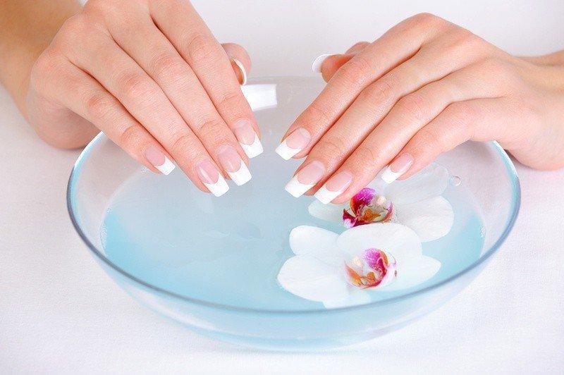 Ванночка, цветы и руки