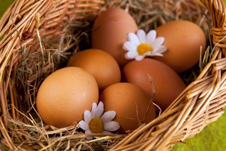 Яйца и цветы в корзинке