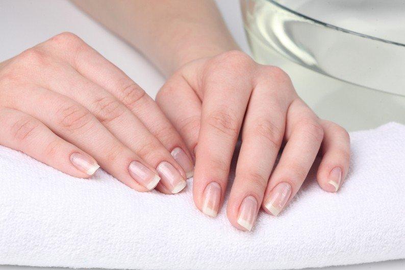 Женские руки и ухоженные ногти
