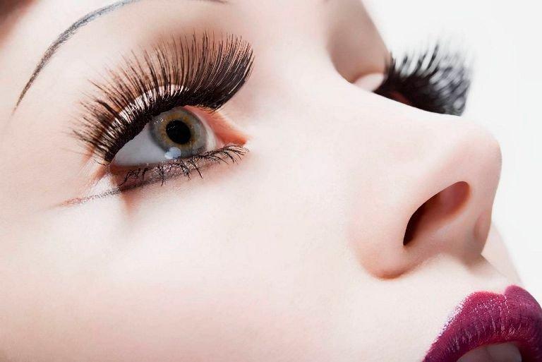 Лицо девушки, красивые глаза, длинные ресницы