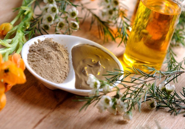 Косметическая глина, цветы и растительное масло