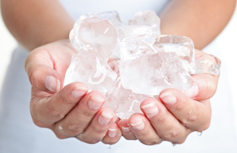 Лед уменьшает синяки и мешки под глазами