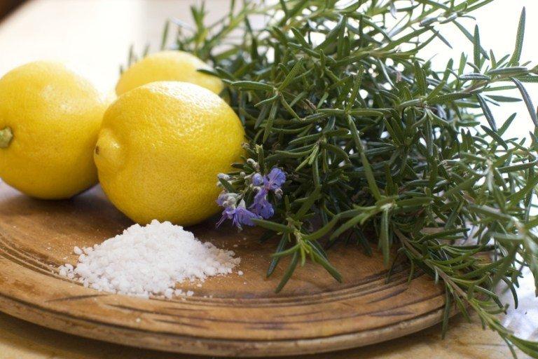 Соль и лимон на деревянной доске