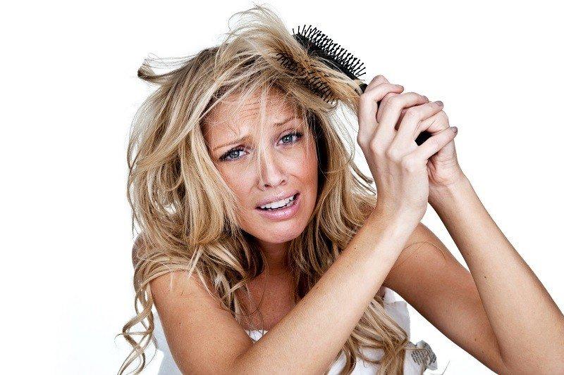 Путаются волосы, девушка с расческой