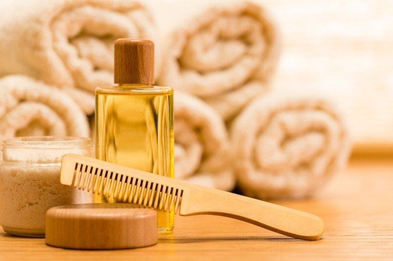 Расческа, соль, косметическое масло, полотенца