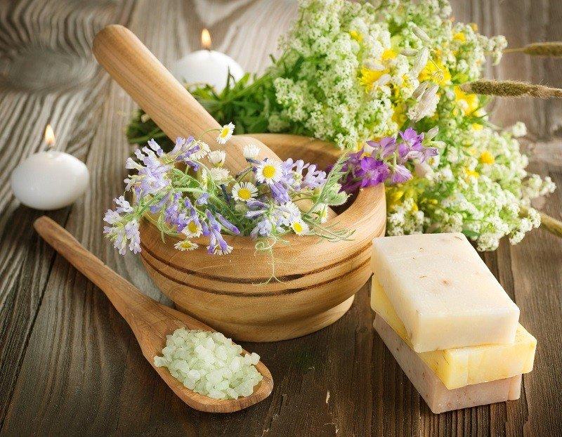 Травы в деревянной ступке, соль, натуральное мыло