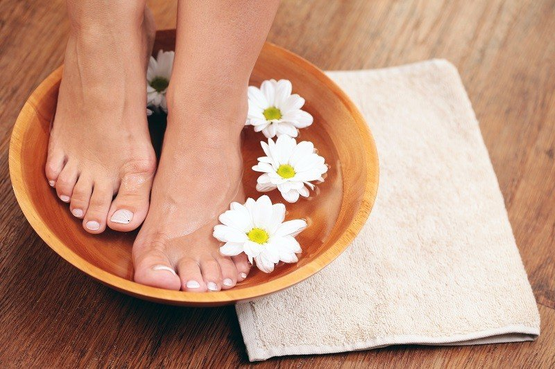 Ванночка для ног, полотенце, цветы
