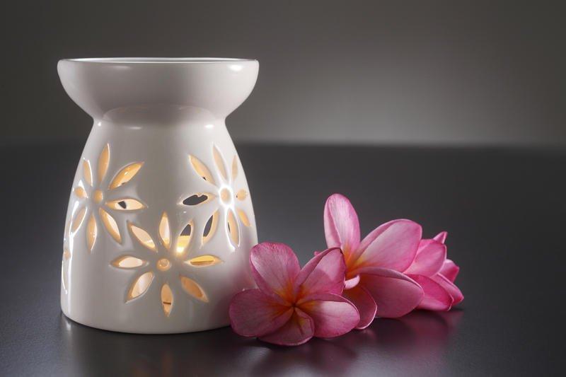 Аромалампа и цветы