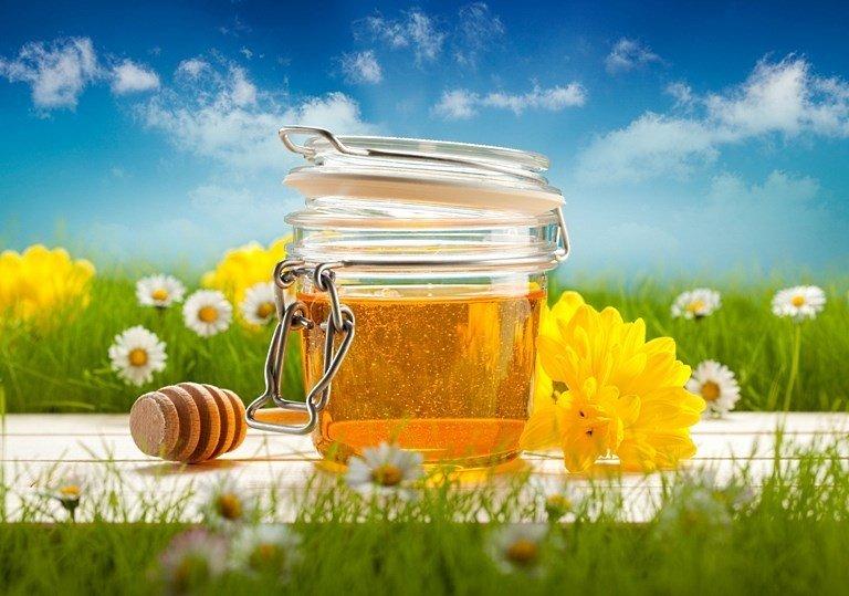 Мед в баночке и цветы