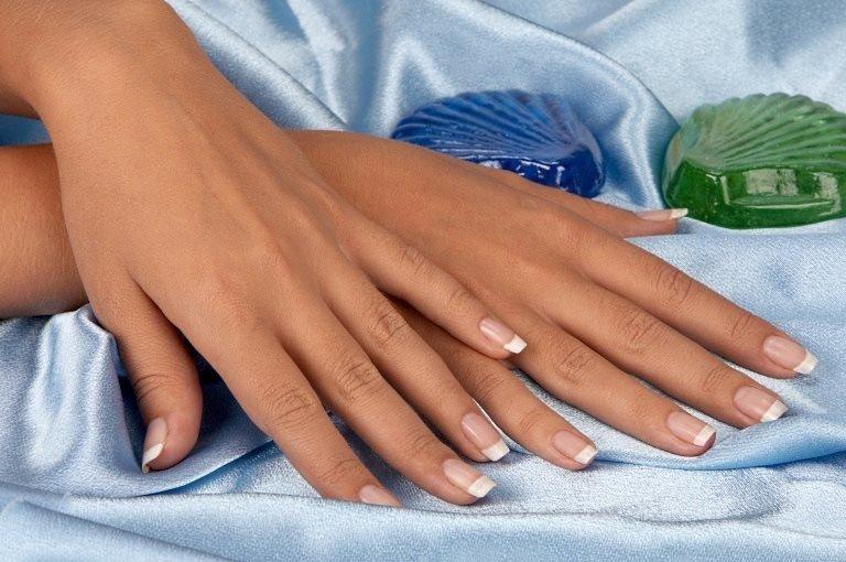 Женские руки и мыло