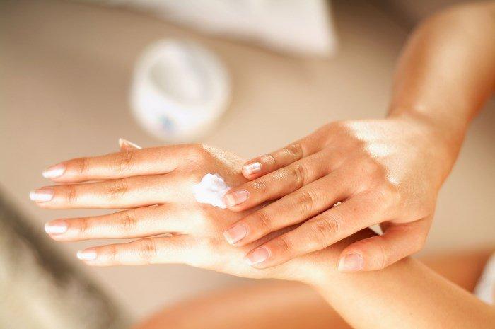 Руки и увлажняющий крем