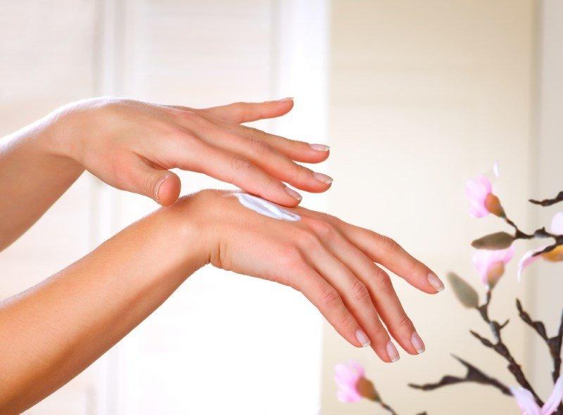 Лечение трещин на руках, нанесение крема