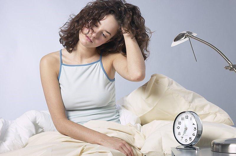 Недосыпание – одна из причин синяков и темных кругов под глазами