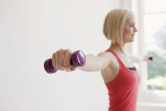 Упражнения для рук помогают укрепить и зону декольте