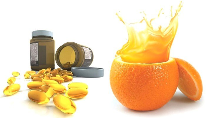 Витамины в капсулах и апельсиновый сок