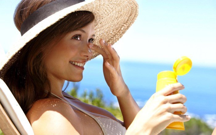 Защита от солнца с помощью крема и шляпы