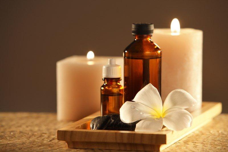 Ароматерапия для похудения, эфирные масла и свечи на заднем фоне