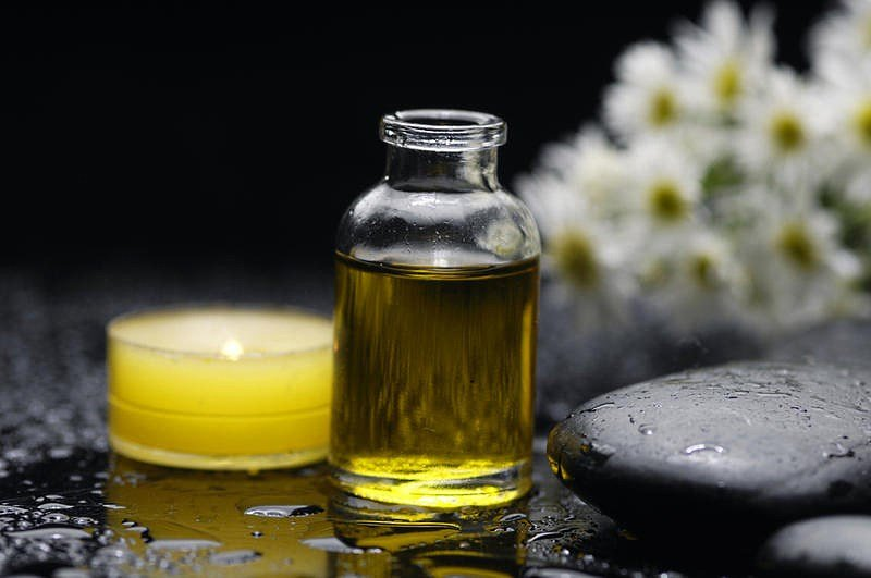 Косметическое масло в стеклянном флаконе