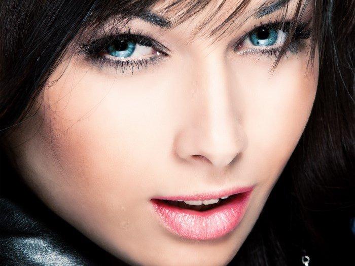 Красивые глаза женщины без морщин на веках