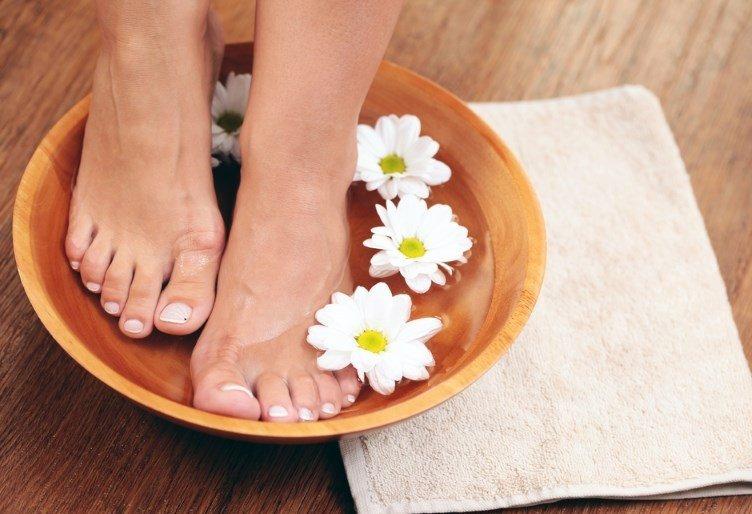 Содовая ванночка для ног, полотенце