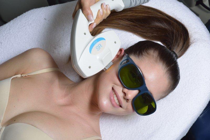 ELOS-терапия применяется для лечения акне и глубоких воспалений на коже