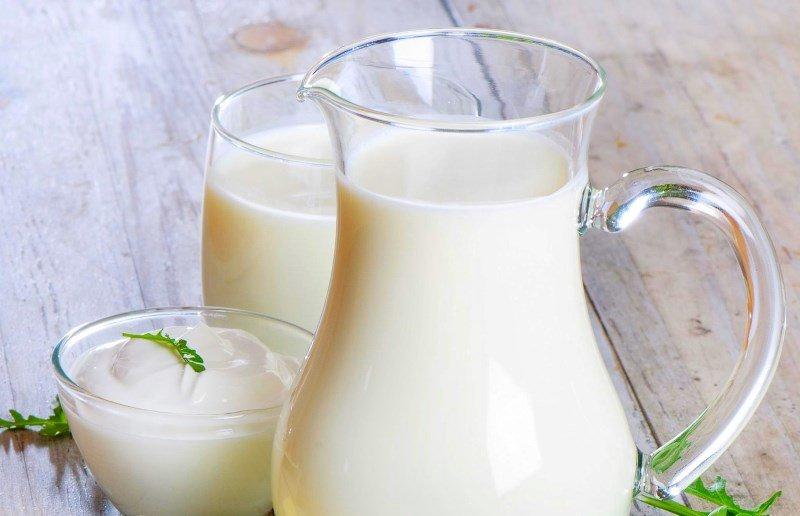 Простокваша и молоко в стеклянных кувшинах