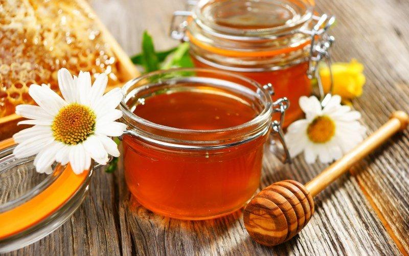 Ромашка и мед для домашнего крема