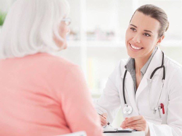 Женщина на приеме у дерматолога