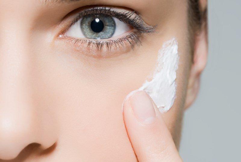Нанесение крема от морщин вокруг глаз