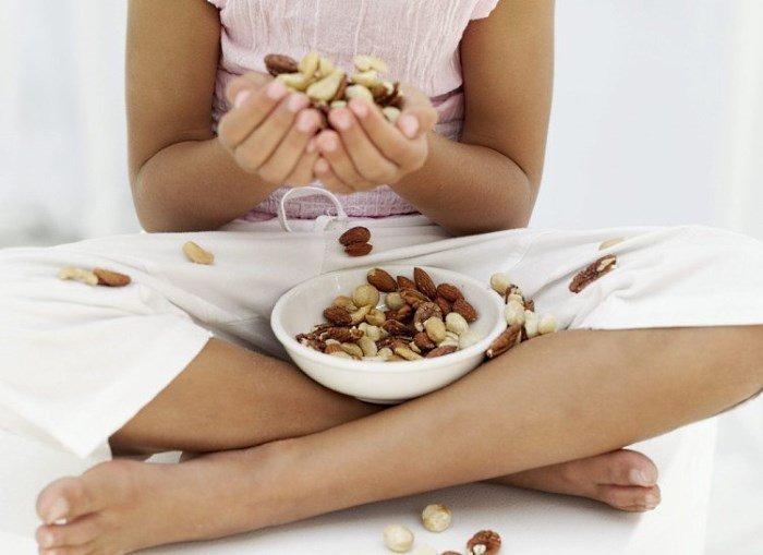 Девушка с орехами